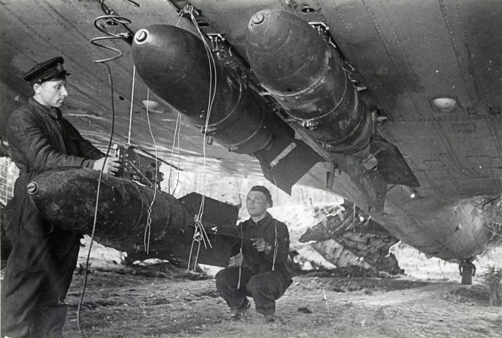 1942. 1-й миноторпедный полк КБФ. Подвеска снарядов перед боевым вылетом