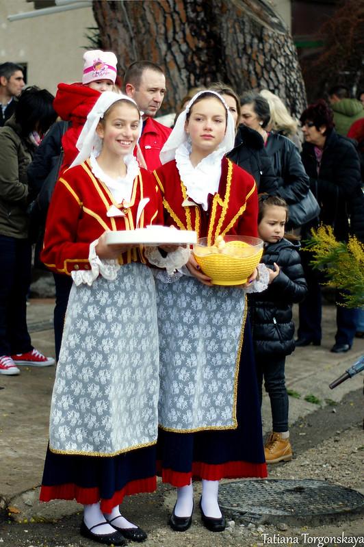 Девочки в национальных костюмах на Фестивале мимозы, рыбы и вина