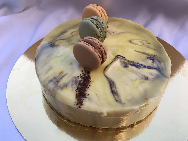 Tarta de maracuyá con corazón de mango y lulu con glaseado