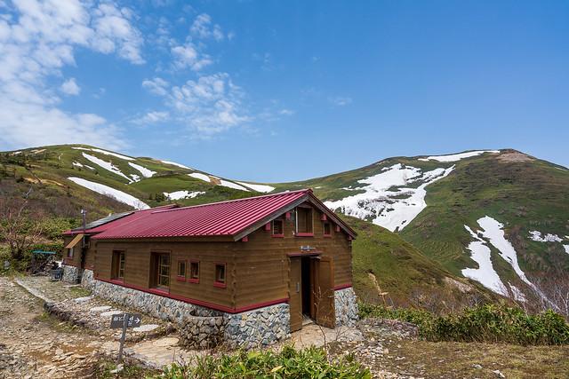 平標山の家と本日歩いた稜線