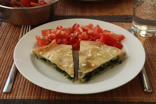 Mein 1. und 2. Achtel vom Soparnik mit Tomatensalat