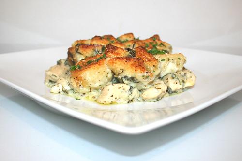 57 - Chicken Alfredo Bubble Up with garlic & spinach - Served / Hähnchen Alfredo Bubble Up mit Knoblauch & Spinat - Seitenansicht