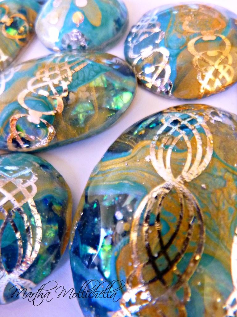 "#resinart #cabochon #handmadecabochons #marthamollichella #marthamollichellahandmadejewelry  Piccoli ""segreti"" olografici, per questi cabochon handmade."