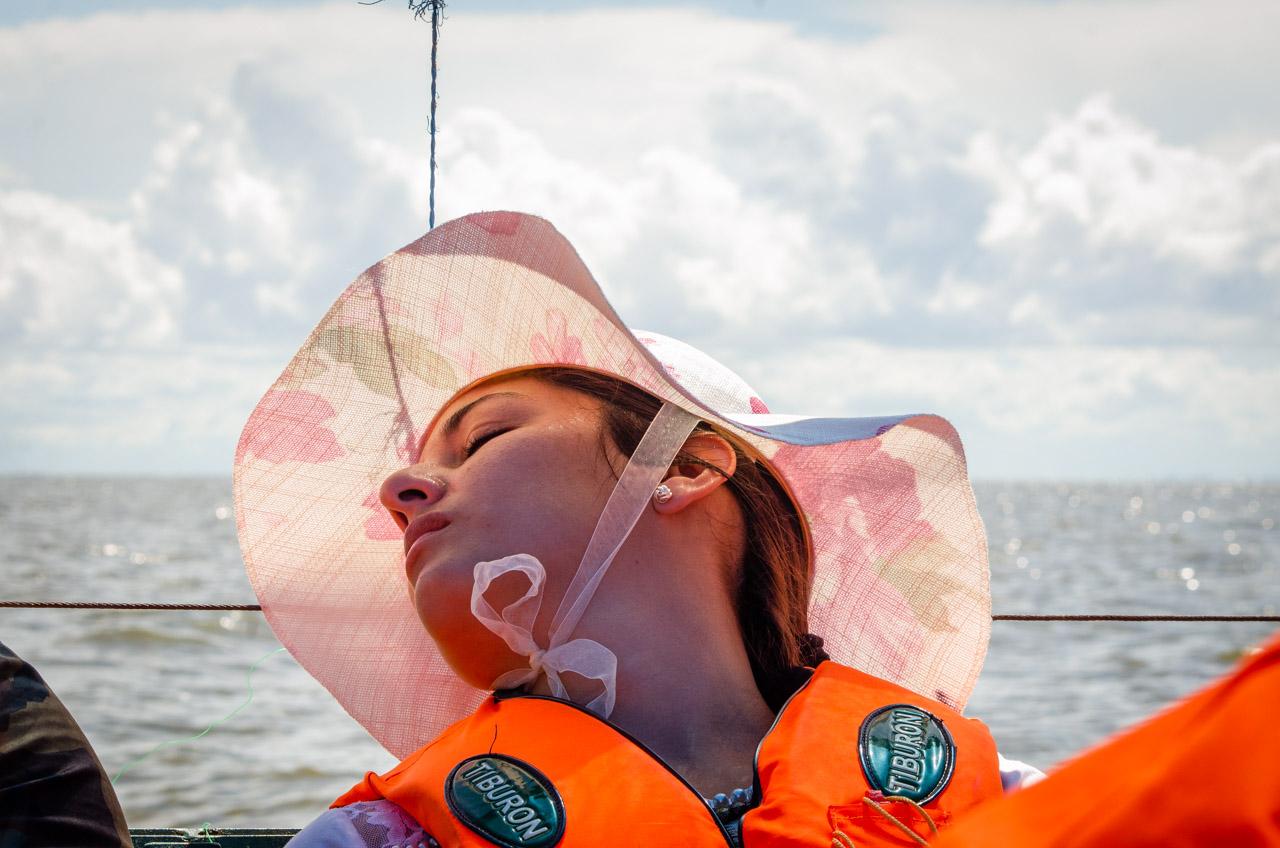 Una excursionista se relaja mientras viaja en bote desde la playa de San Cosme hasta las dunas. El trayecto dura aproximadamente 40 minutos, que se puede aprovechar para descansar y disfrutar de la fresca brisa que ofrece el navegar por el río Paraná. (Elton Núñez).