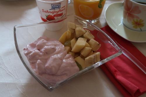 Erdbeerjoghurt mit frischem Obstsalat