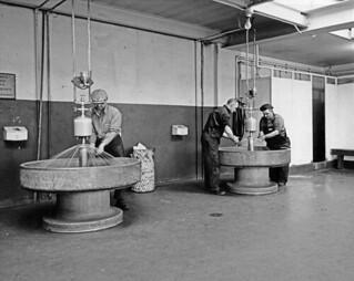 Bradley fountains in the Lachine Plant shower room / Lavabos collectifs  Bradley dans la salle de douches de l'usine Lachine