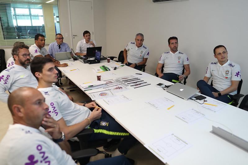 Analistas de desempenho do Avaí apresentam levantamento da Costa Rica para a Comissão da Seleção Brasileira