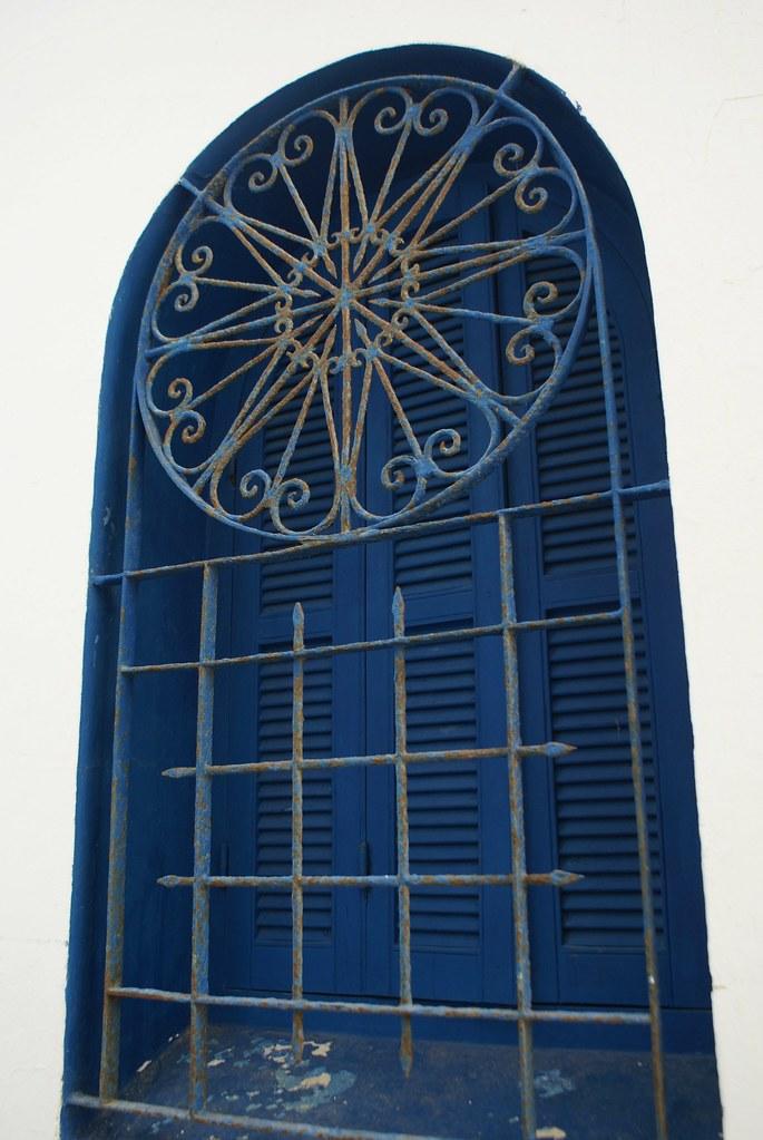 Belle oeuvre de ferronnerie sur une fenêtre d'Asilah au Maroc.