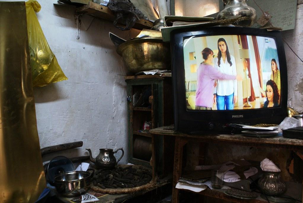 Soap opera dans l'atelier du ferrailleur. Dans un fondouk de la médina de Fès.