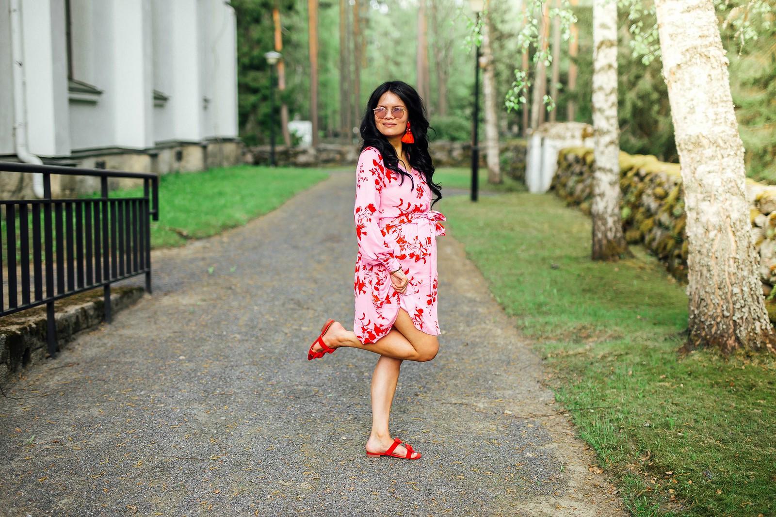 vaaleanpunainen mekko