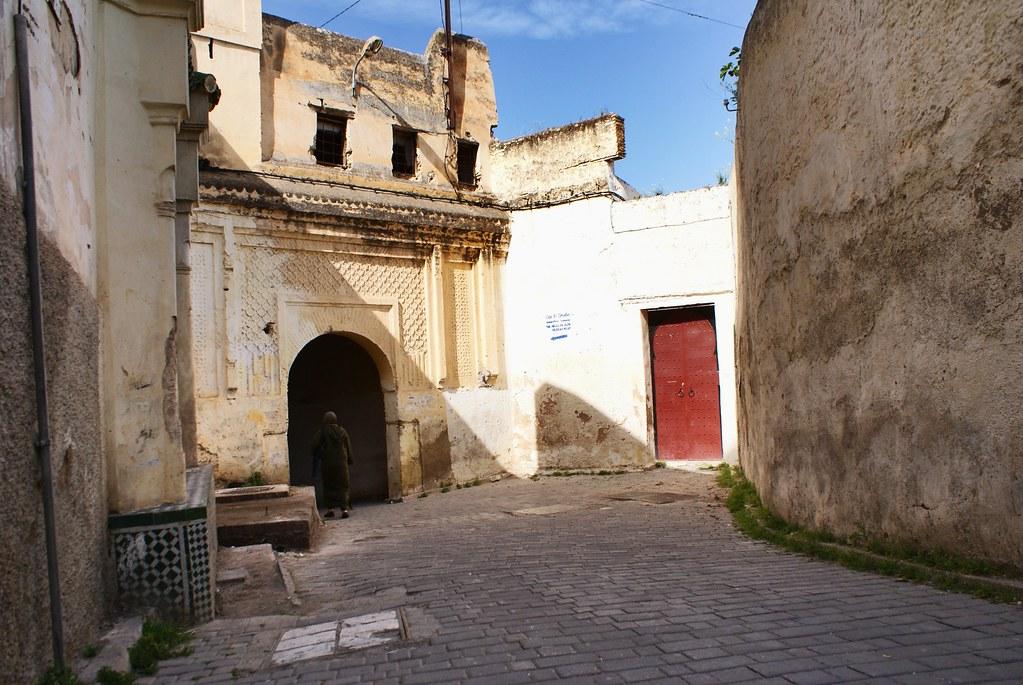 La médina est un monde fermé où des portes répondent à des ruelles étroites.