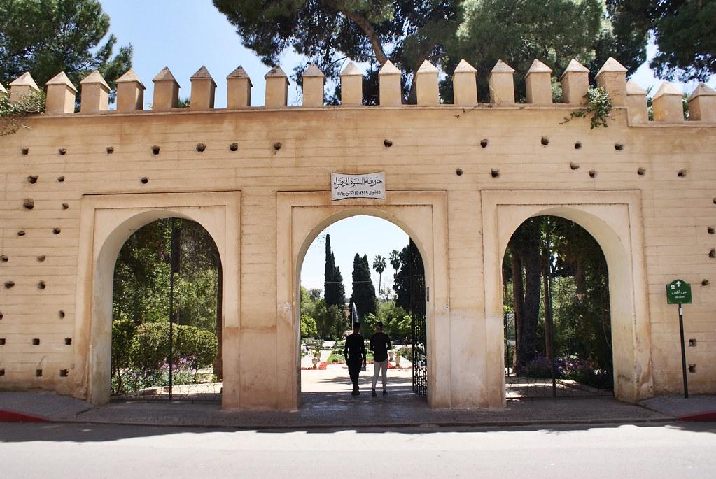 Mur d'enceinte du jardin Jnan Sbil à Fès avec des trous comme décoration.