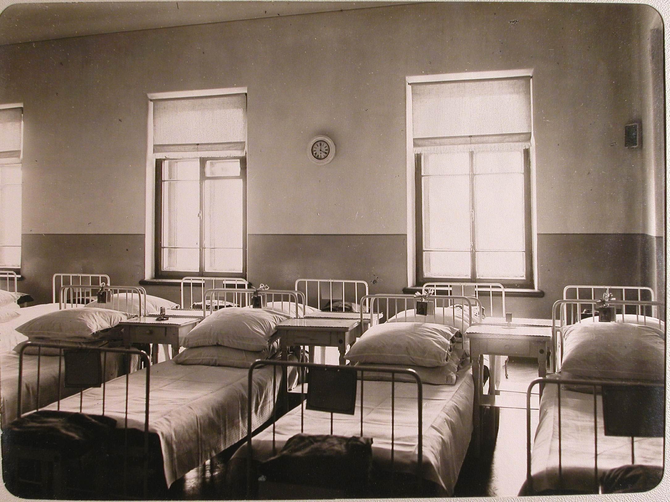10. Вид части палаты № 6 лазарета для раненых, устроенного в женском училище имени императрицы Марии Александровны