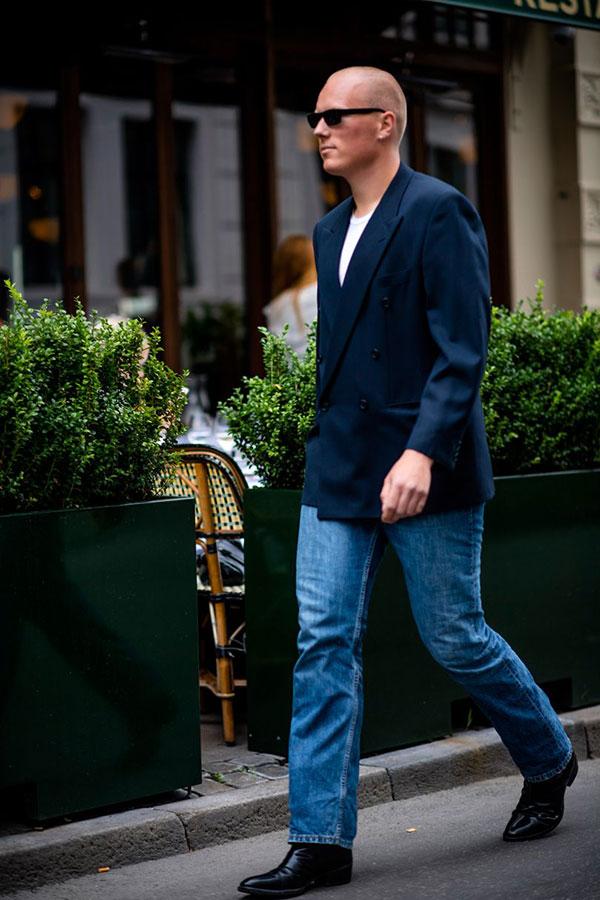 ネイビーダブルジャケット×白Tシャツ×ジーンズ×黒ブーツ