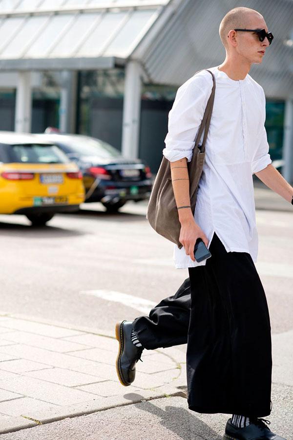 白ノーカラープルオーバーシャツ×黒ワイドパンツ×ドクターマーチン 3ホール黒