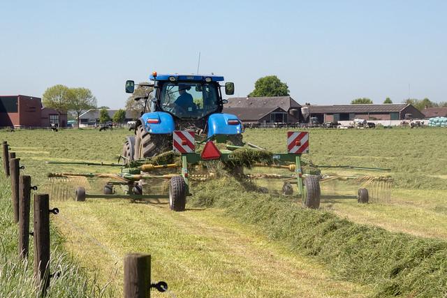 Tractor hooi aan het schudden