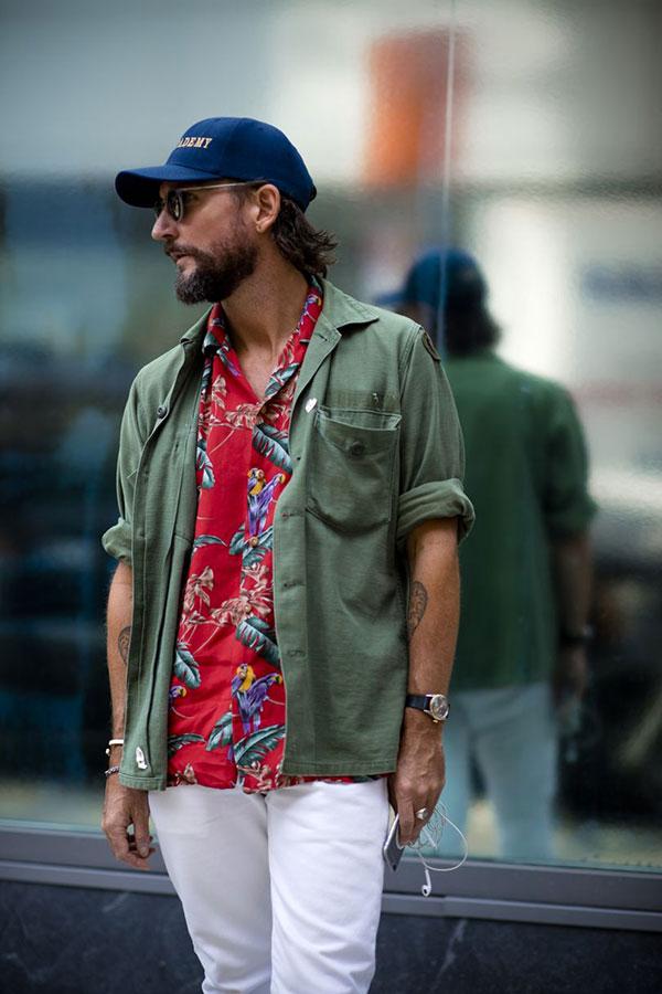 ネイビーキャップ×カーキミリタリーシャツ×赤アロハシャツ×白パンツ
