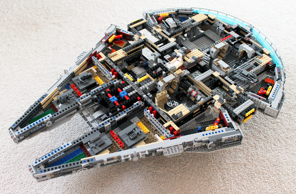 lego star wars ucs millennium falcon 75192 a photo on. Black Bedroom Furniture Sets. Home Design Ideas