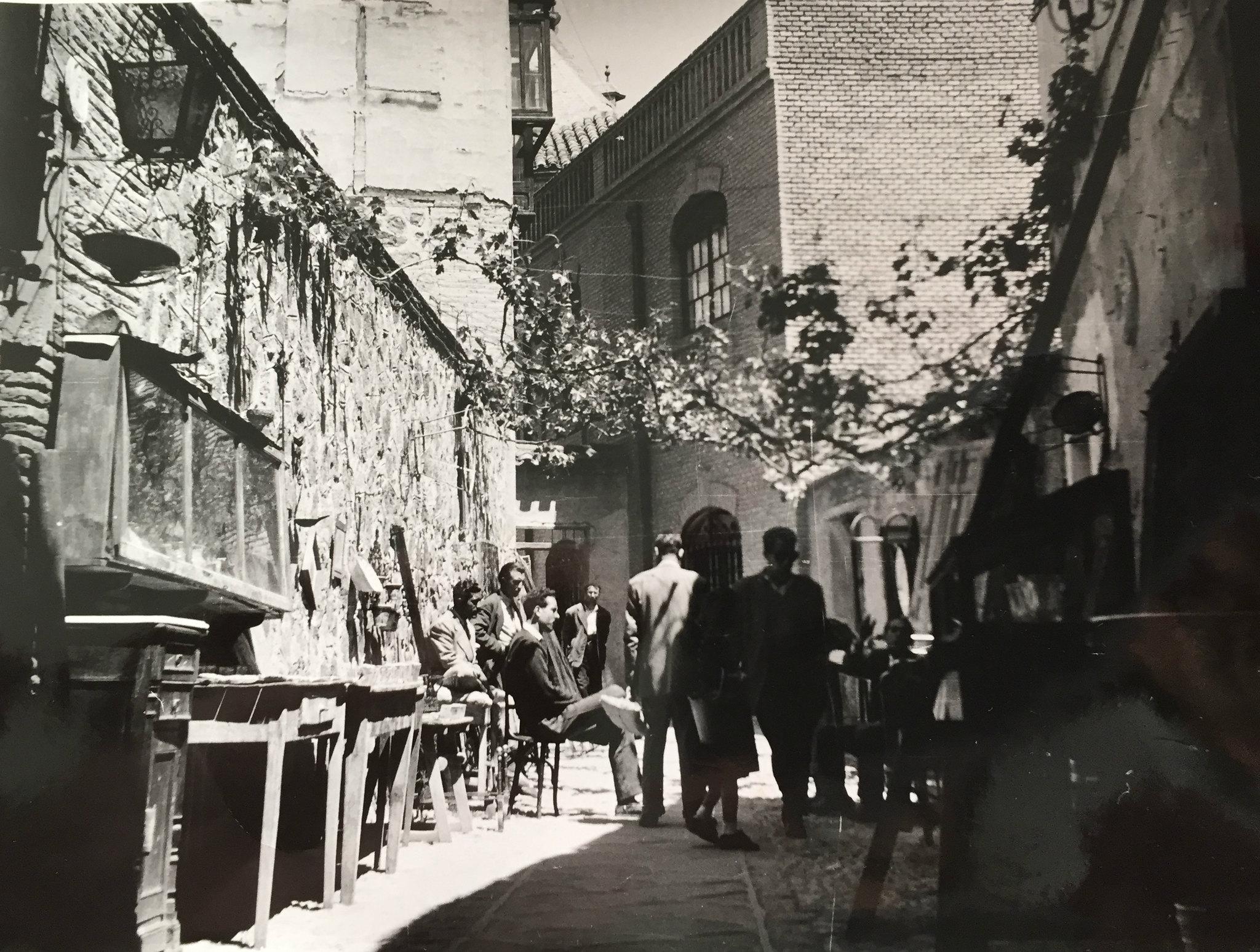 Hoy ya no es lo que era, pero el Pasadizo de Balaguer fue hasta los años 70 uno de los lugares más pintorescos de la ciudad por la presencia del anticuario que le daba nombre. Colección Luis Alba.