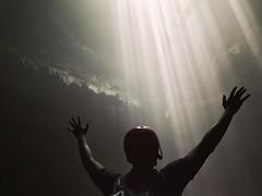 洞底深淵是多麼的想有光源,嗱!旅人史上最靚最光的耶穌光降臨啦~ 【浪遊旅人】https://ift.tt/1zmJ36B #backpackerjim #underground #cave #forest #vertical #limestone #grubug #jomblang #yogyakarta #indonesia