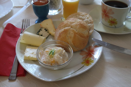 Geflügelsalat, diverse Käse und helles Brötchen