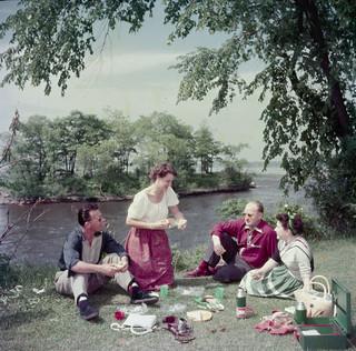Picnicking in Brébeuf Park on the Ottawa River near Hull, Quebec / Pique-nique au parc Brébeuf, aux abords de la rivière des Outaouais, près de Hull (Québec)