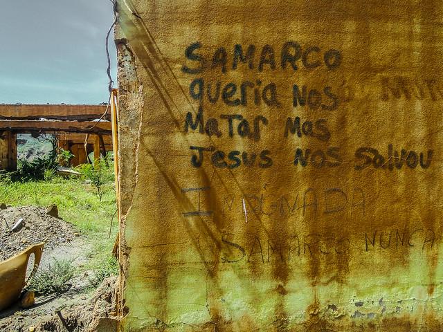 Pichação deixada por moradores nos escombros de suas residências em Mariana (MG)  - Créditos: Foto: Flávio Ribeiro/Portal VERTICES