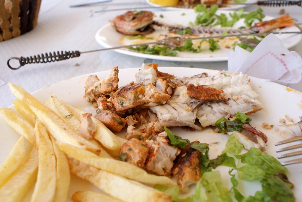 Plat de poisson dans un restaurant d'Asilah. C'etait  bon même s'il manquait du vin blanc (ou vert) pour accompagner le tout.
