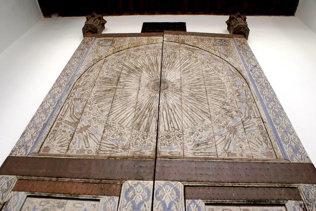 Porte en bois peinte du musée Dar Batha à Fès.